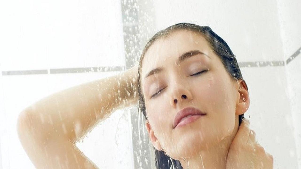 الماء الساخن و5 أخطاء أخرى يجب تجنبها في حال البشرة الدهنية