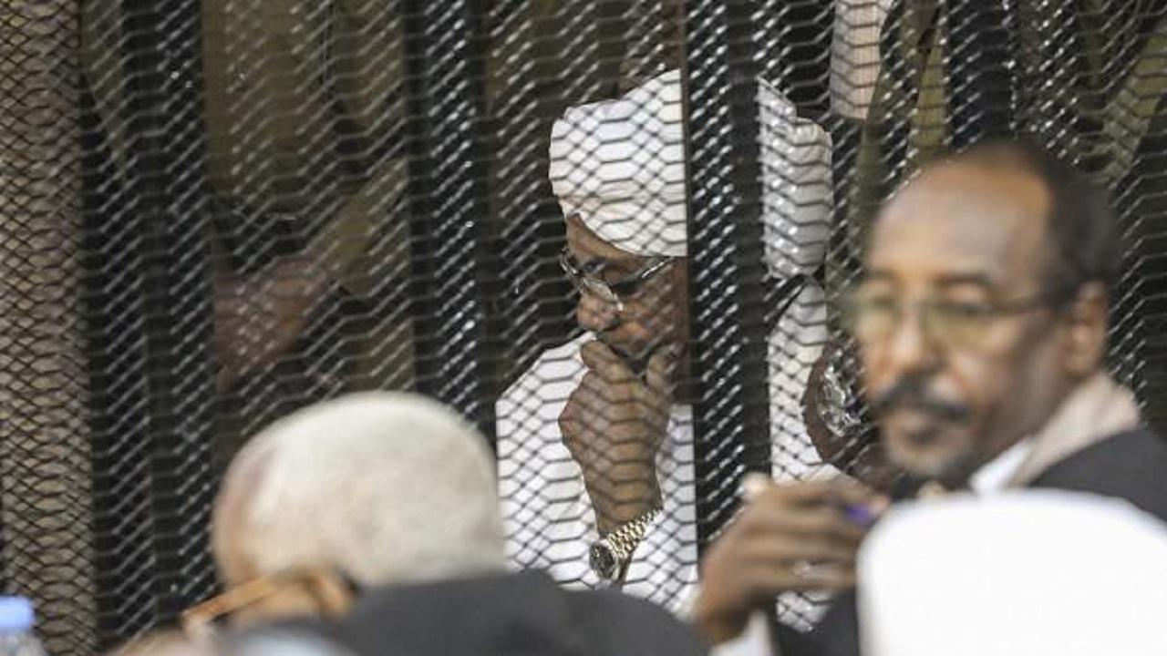 محامي عمر البشير يُهدد القاضي بالفصل أثناء جلسة المحاكمة
