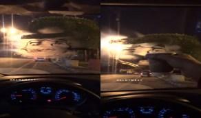 بالفيديو..مواطن يستغل برودة أبها للرسم بالبخار