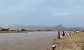 شاهد.. الأهالي يصطفون على ضفاف وادي نجران للاستمتاع بالأجواء