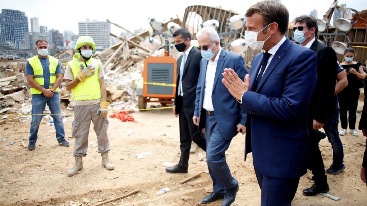بالصور.. ماكرون ينزع سترته ليستمع إلى شكاوى اللبنانيين ويعلن عن مؤتمر دولي لدعمهم