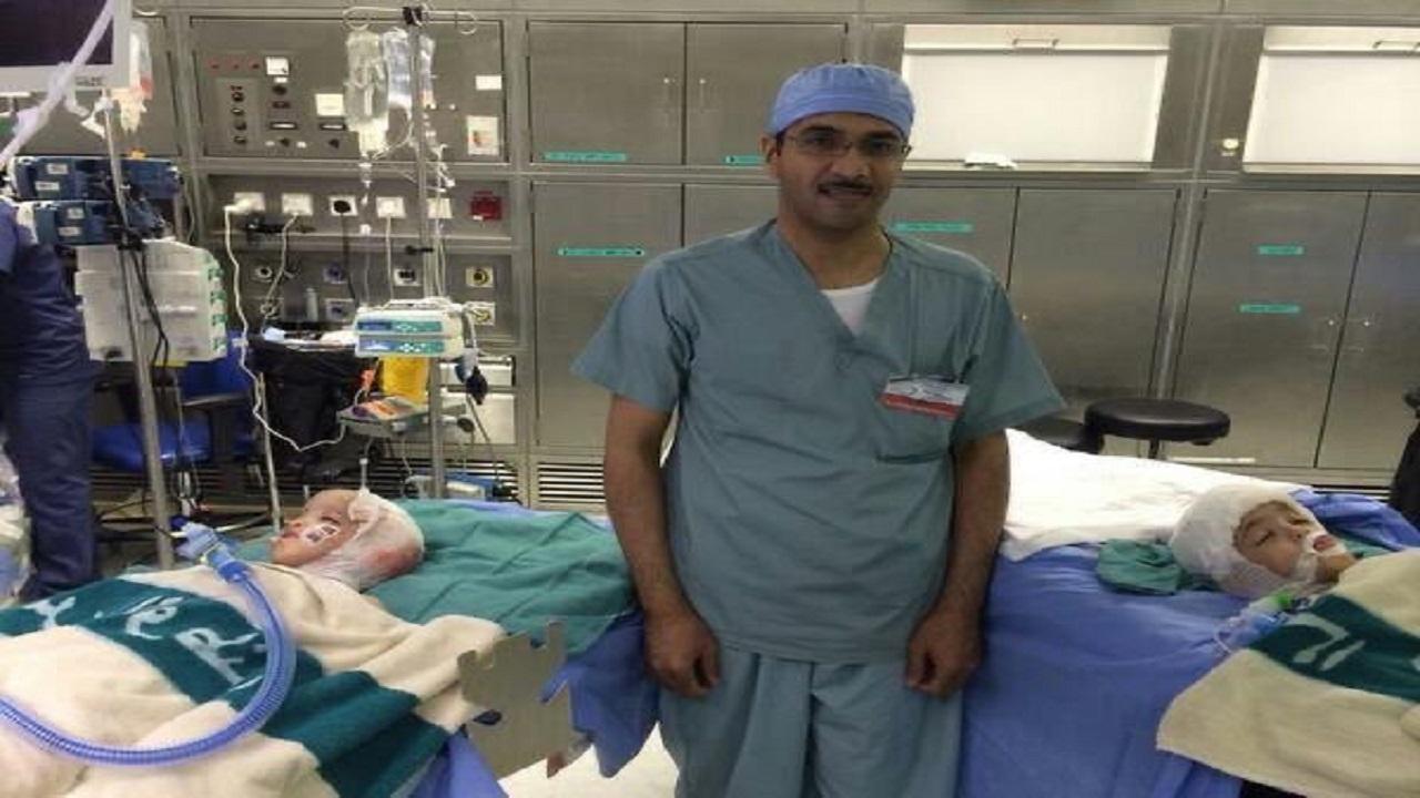 طبيب ينجح في فصل توأمين بعد أيام من تعافيه من كورونا