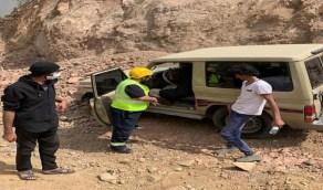 إنقاذ 3 أشخاص تعطلت مركبتهم على الطريق الترابي العقبة - المفجر
