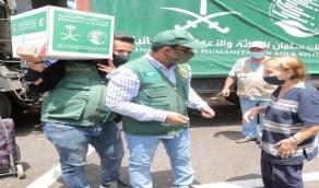 شاهد.. رد فعل مُسنة لبنانية على موقف متطوع سعودي قرر توصيل المساعدات لها بسيارة خاصة