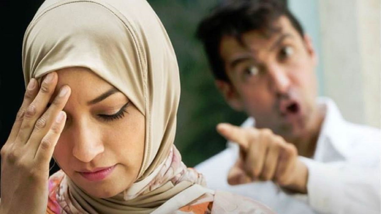رجل يهدد زوجته بنشر صور مخلة انتقاماً منها