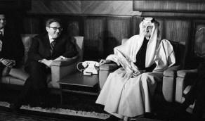 صورة نادرة للملك فيصل مع وزير الخارجية الأمريكي كسنجر