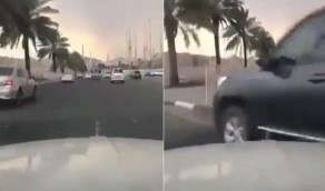 بالفيديو.. مستهتر يقوم بالدوران فجأة من أقصى اليمين ويتسبب في حادث تصادم مروع