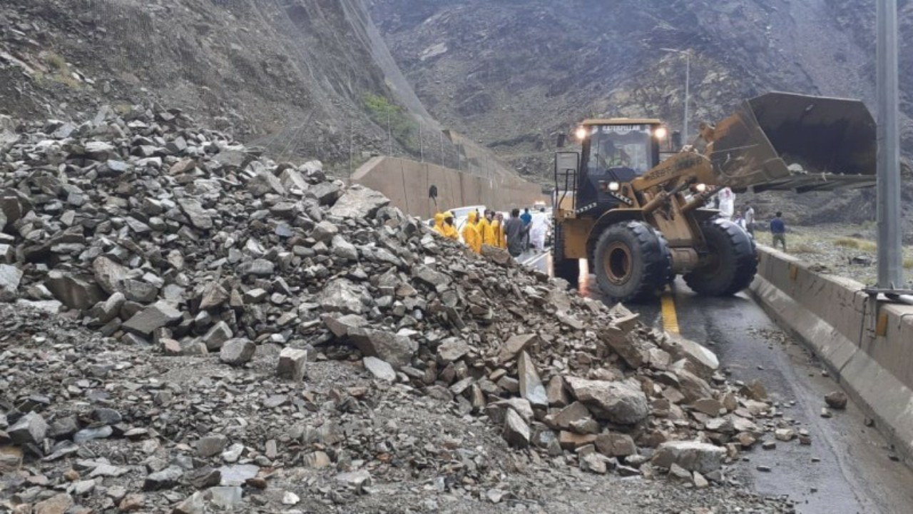 """نفوق 25 رأساً من الأغنام إثر انهيار جبلي في """" آل ناهية """""""