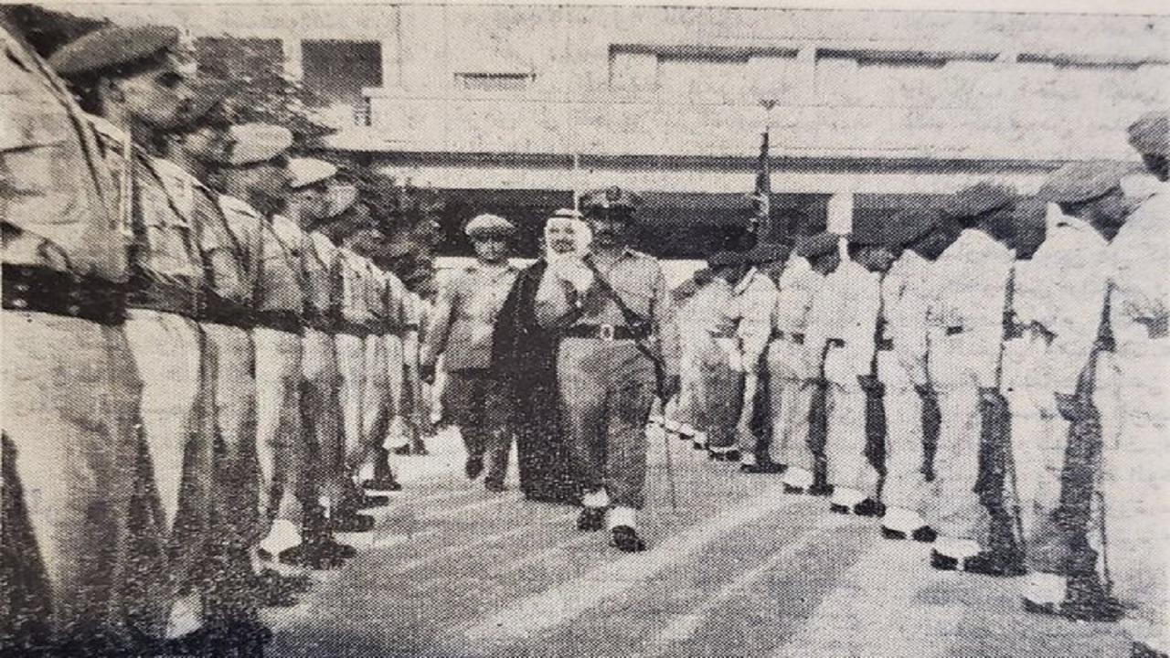 الأمير سلطان خلال تفقده حرس الشرف في مناسبة بوزارة الدفاع قبل 59 عامًا