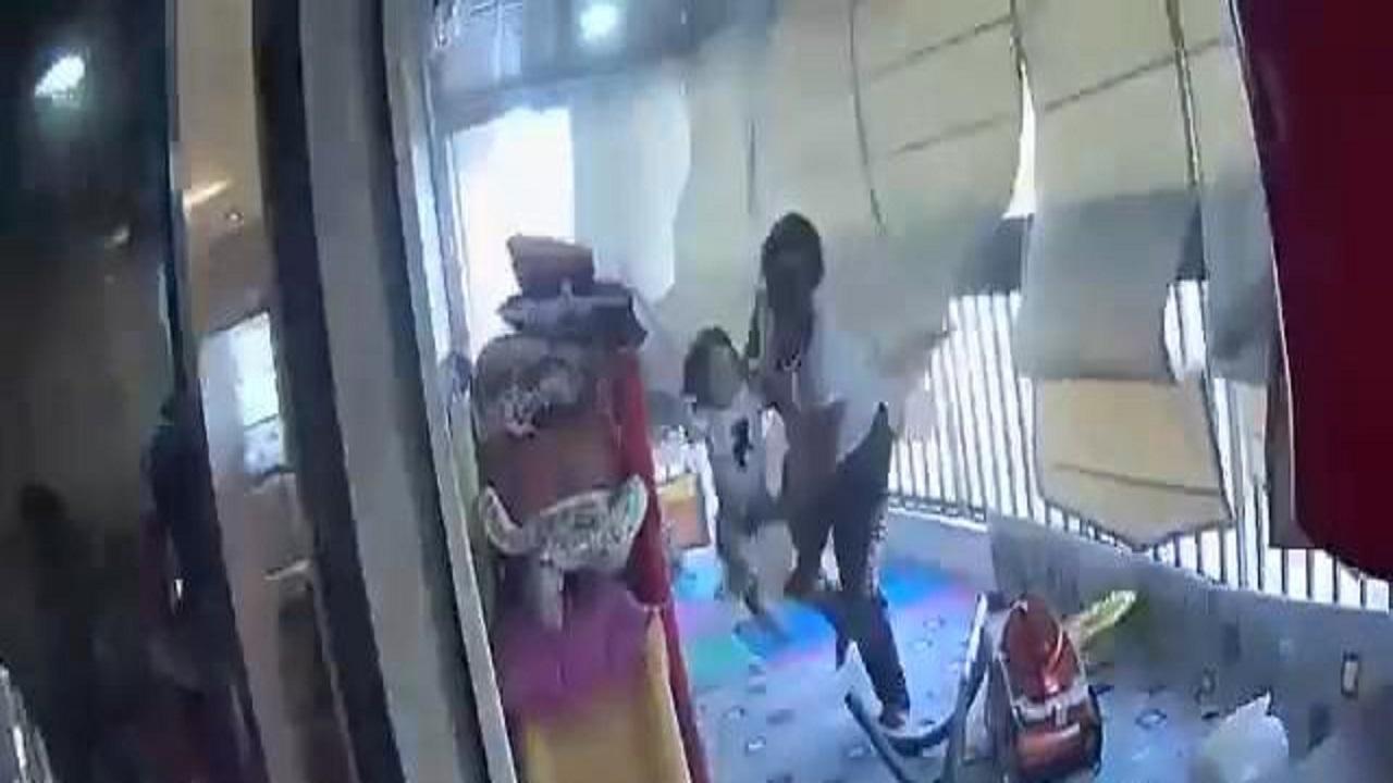 لقطات مروعة.. شاهد عاملة تنقذ طفلة من الموت بأعجوبة إثر انفجار مرفأ بيروت