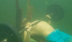 بالفيديو .. رجل يرفع 50 كيلو جرام تحت الماء 76 مرة بدون أنفاس !
