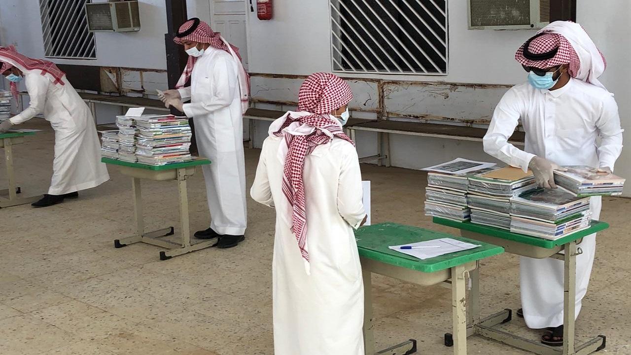 متوسطة أبي إمامة الباهلي بتيماء تسلم الكتب الدراسية لطلابها