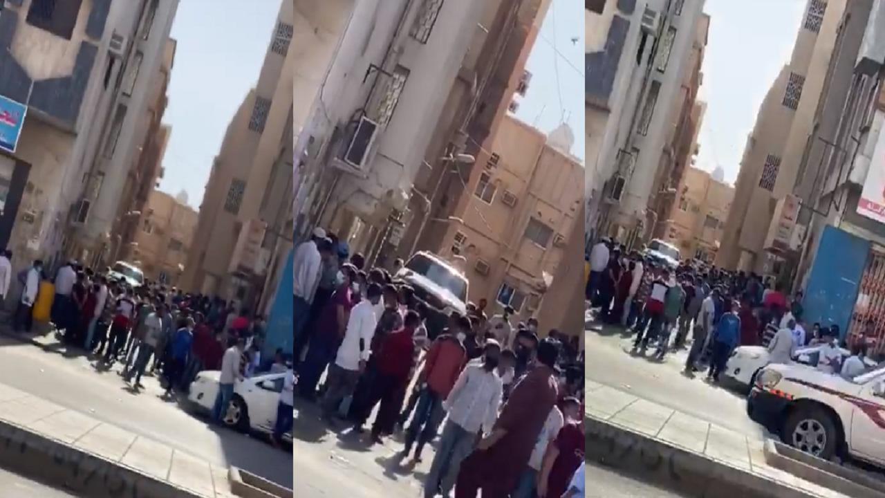 بالفيديو.. تجمعات كبيرة من العمالة في حي الوزارات بالرياض والأمانة تتفاعل