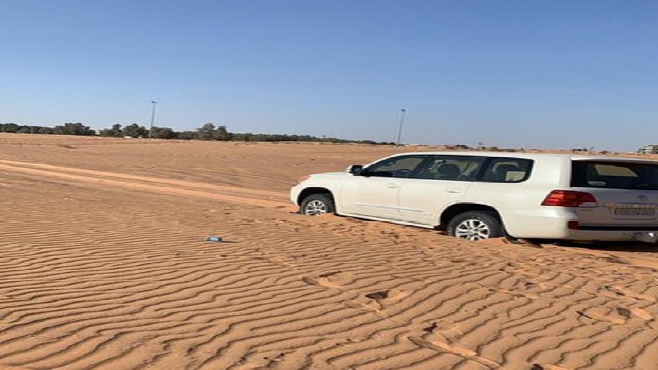 إنقاذ قائد مركبة علقت سيارته في رمال القصيم