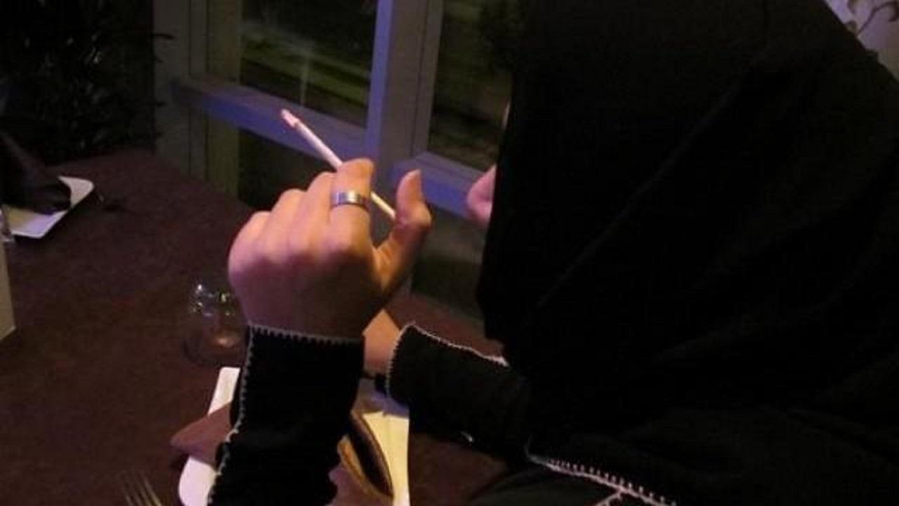 بالفيديو.. اشتباك وتراشق بالألفاظ بين امرأتين دخنت إحداهما في مقهى بالرياض