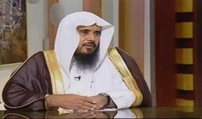 """الخثلان يوضح حكم الاستماع إلى القرآن لمن كان مضطجعًا """" فيديو """""""