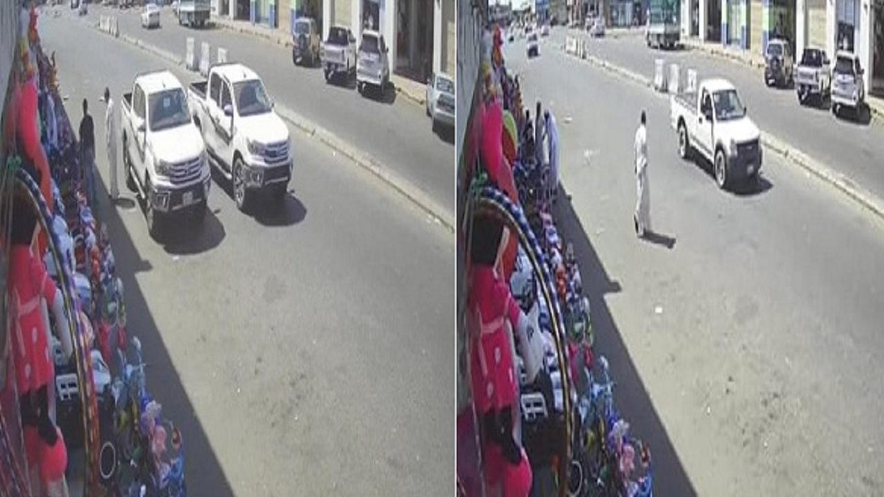 بالفيديو.. لص يسرق سيارة مواطن وهو بجوارها في لمح البصر بجدة