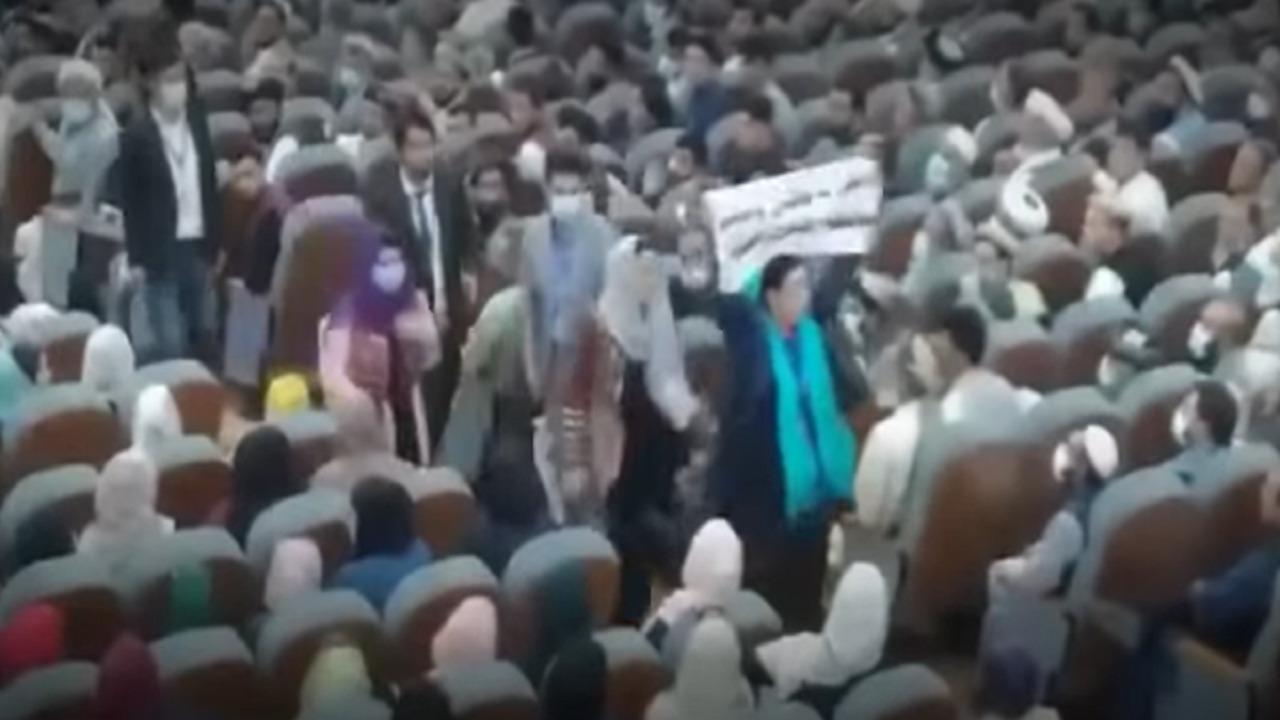 بالفيديو .. مشاجرة نسائية عنيفة بين نائبة وسيدة في أفغانستان