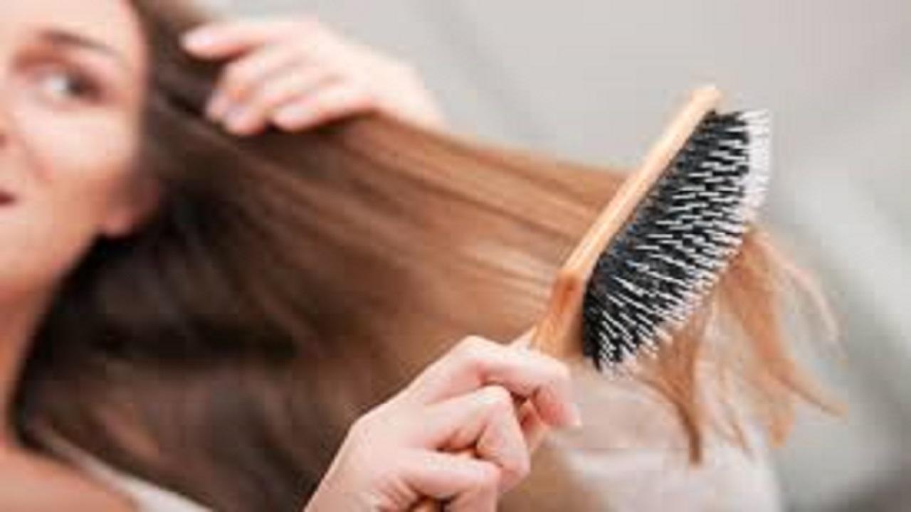 طريقة سهلة لتنظيف فرشاة الشعر والموعد اللازم لتغييرها