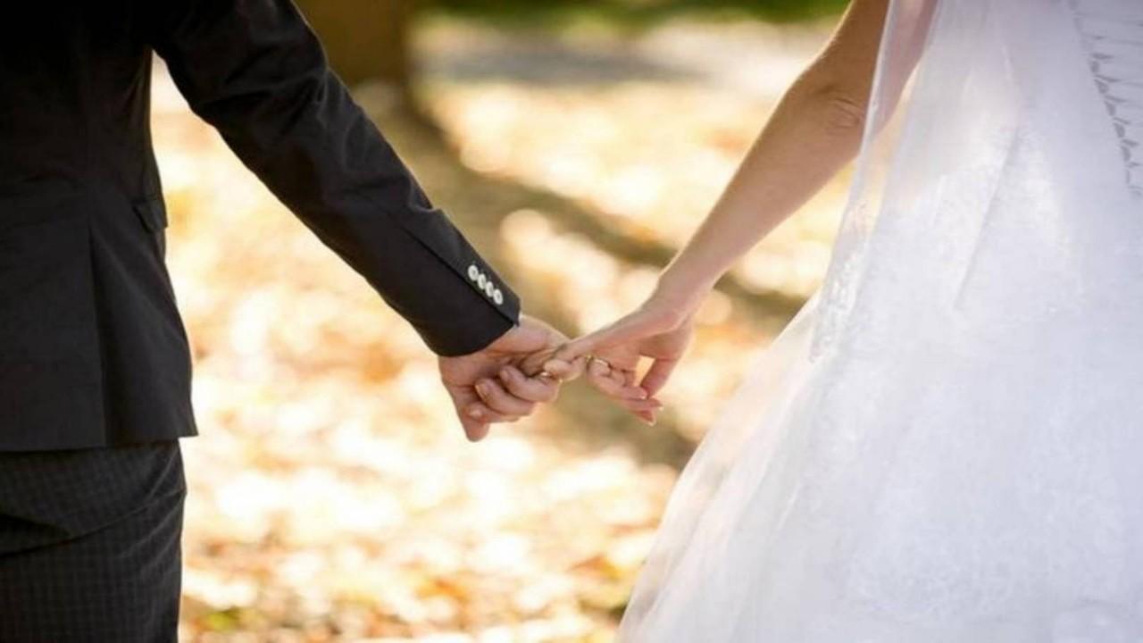 فتاة تتسبب في تأخير حفل زفاف شقيقها بسبب الغيرة