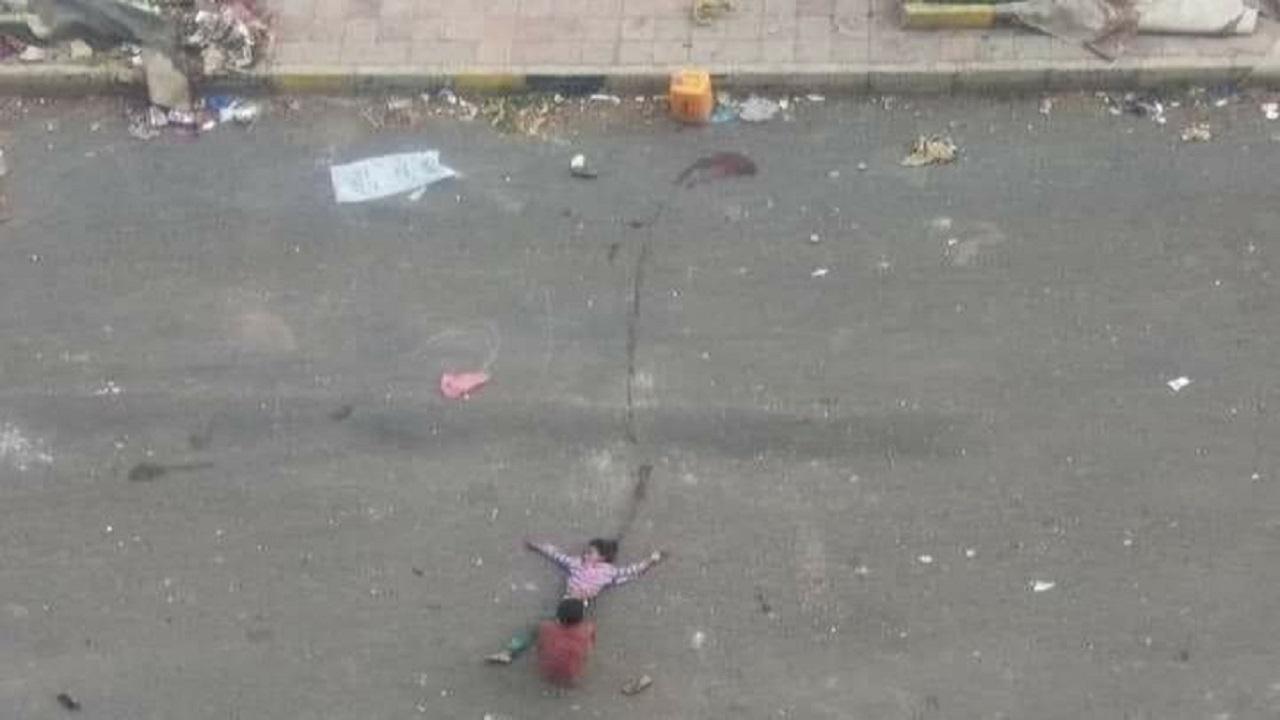 صورة مؤلمة لطفل يمني يسحب جسد شقيقته بعد إصابتها برصاص الحوثيين