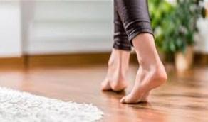 دراسة: أضرار خطيرة للمشي حافي القدمين بالمنزل