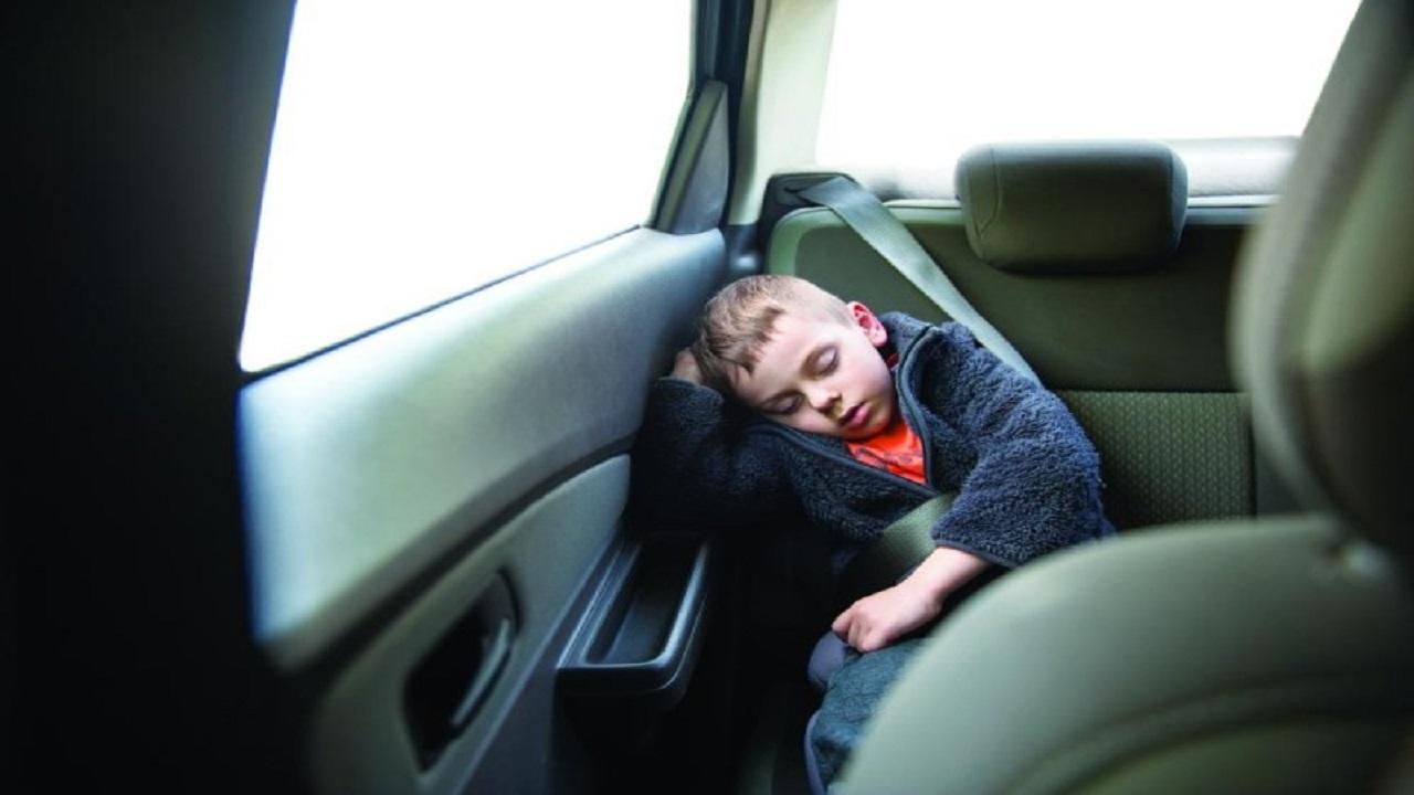 والدان يواجهان السجن 20 عامًا بعدما نسيا طفلهما داخل السيارة