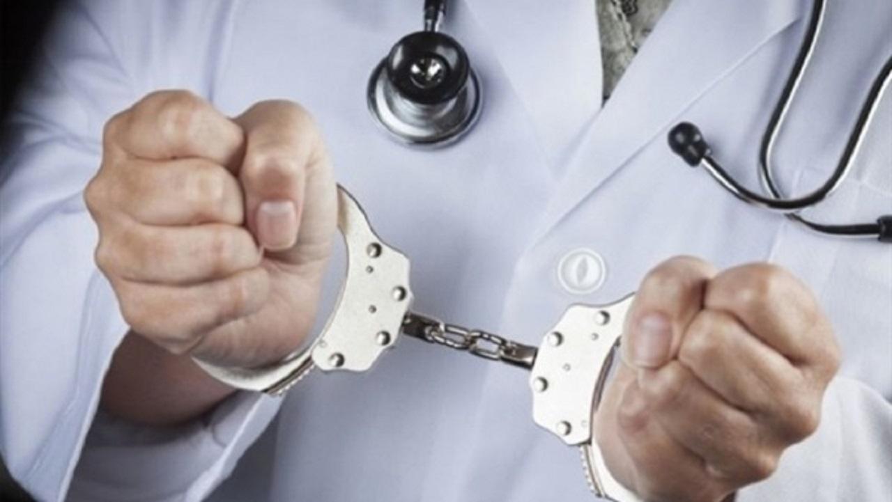 القبض على طبيب قتل 100 شخص وألقى بجثامينهم للتماسيح
