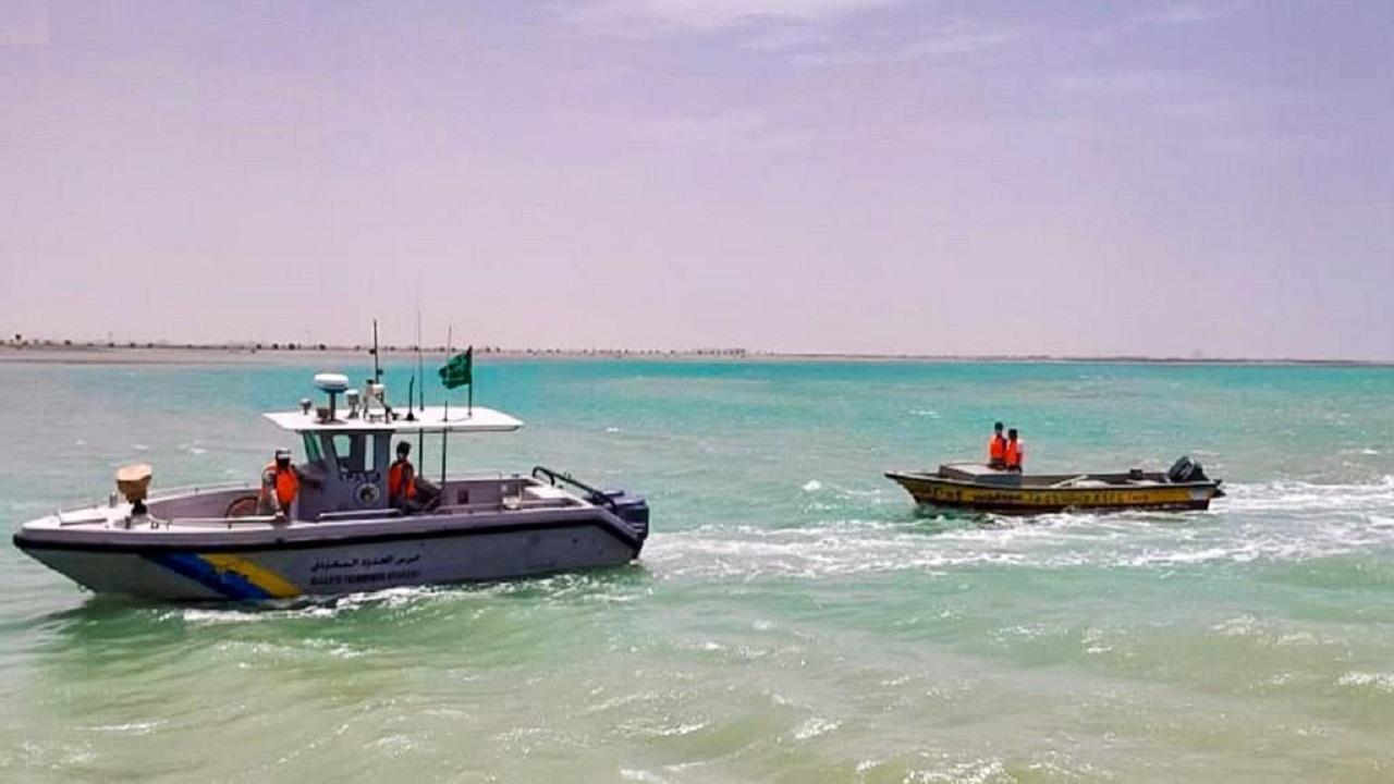 حرس الحدود بالمدينة ينقذ مواطنين تعطّل قاربُهما في عرض البحر