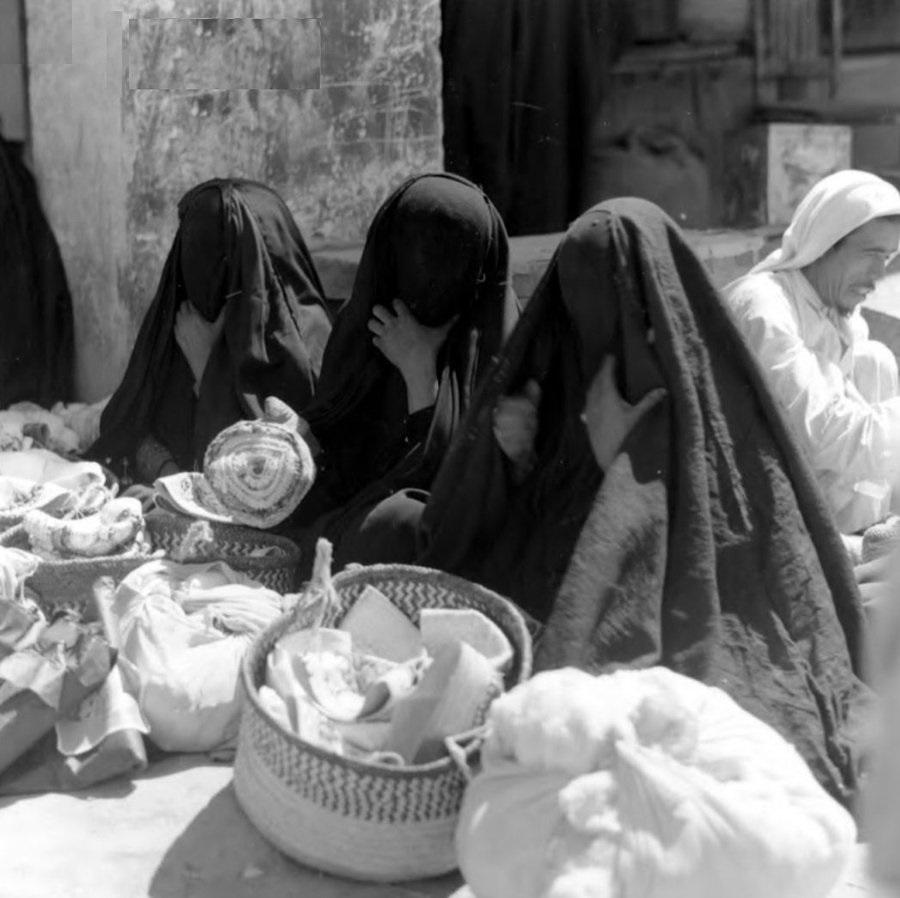 مجموعة من النساء في سوق الهفوف قديما