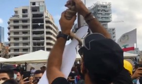 شاهد.. لبنانيون يشنقون «نصرالله» ومسؤولون وسط بيروت