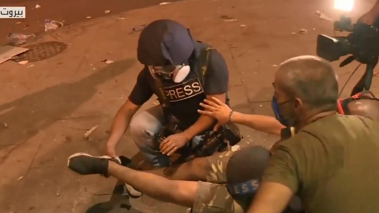 شاهد.. لحظة إصابة مصور «العربية» في اشتباكات بيروت على الهواء