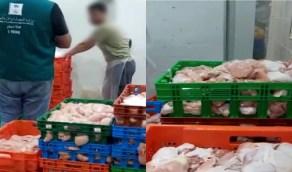 شاهد.. لحظة ضبط موقع يبيع دجاج فاسد بتاريخ مزور  في القطيف