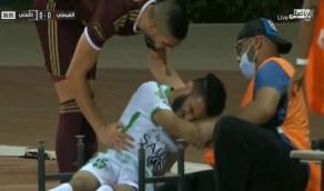 شاهد.. سقوط مروع للاعب الأهلي فوق أحد المصورين في مباراة الفيصلي