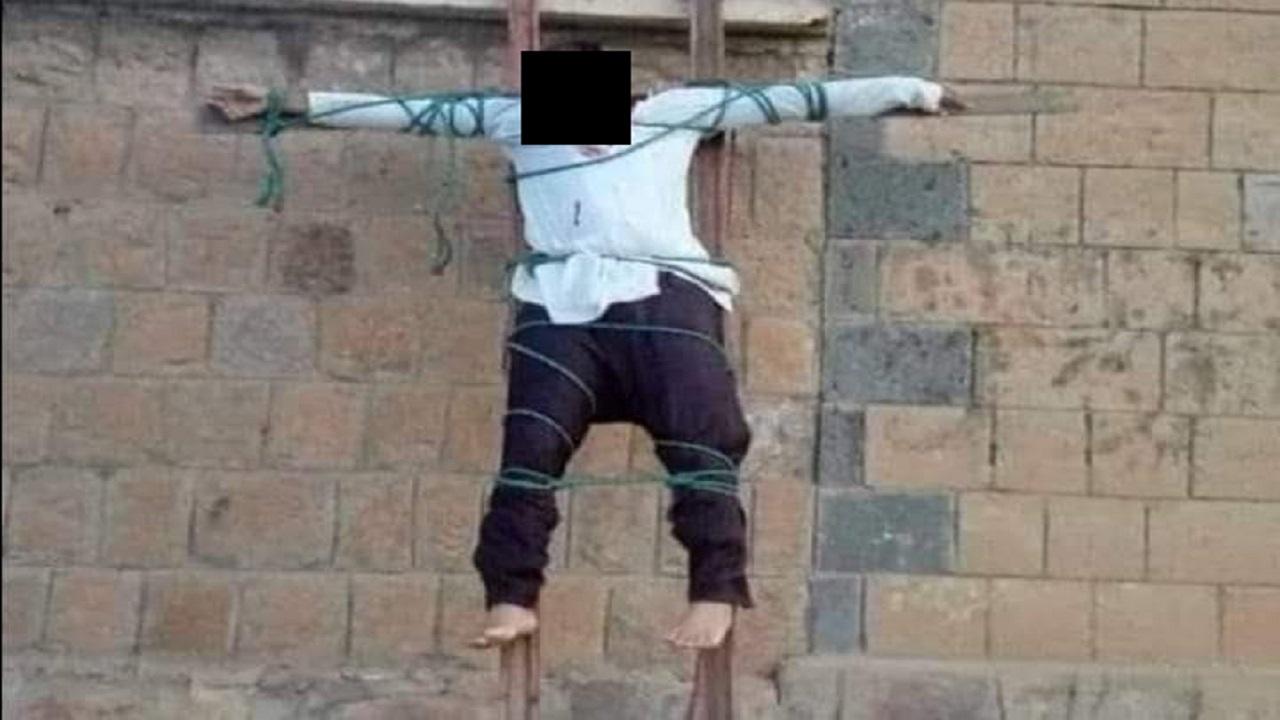 بالصور..تنظيم القاعدة يعدم ويصلب طبيبًا يمنيًا بتهمة التجسس