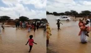 بالفيديو.. رجل يجتاز مياه الأمطار حاملاً عروسه في يوم زفافه