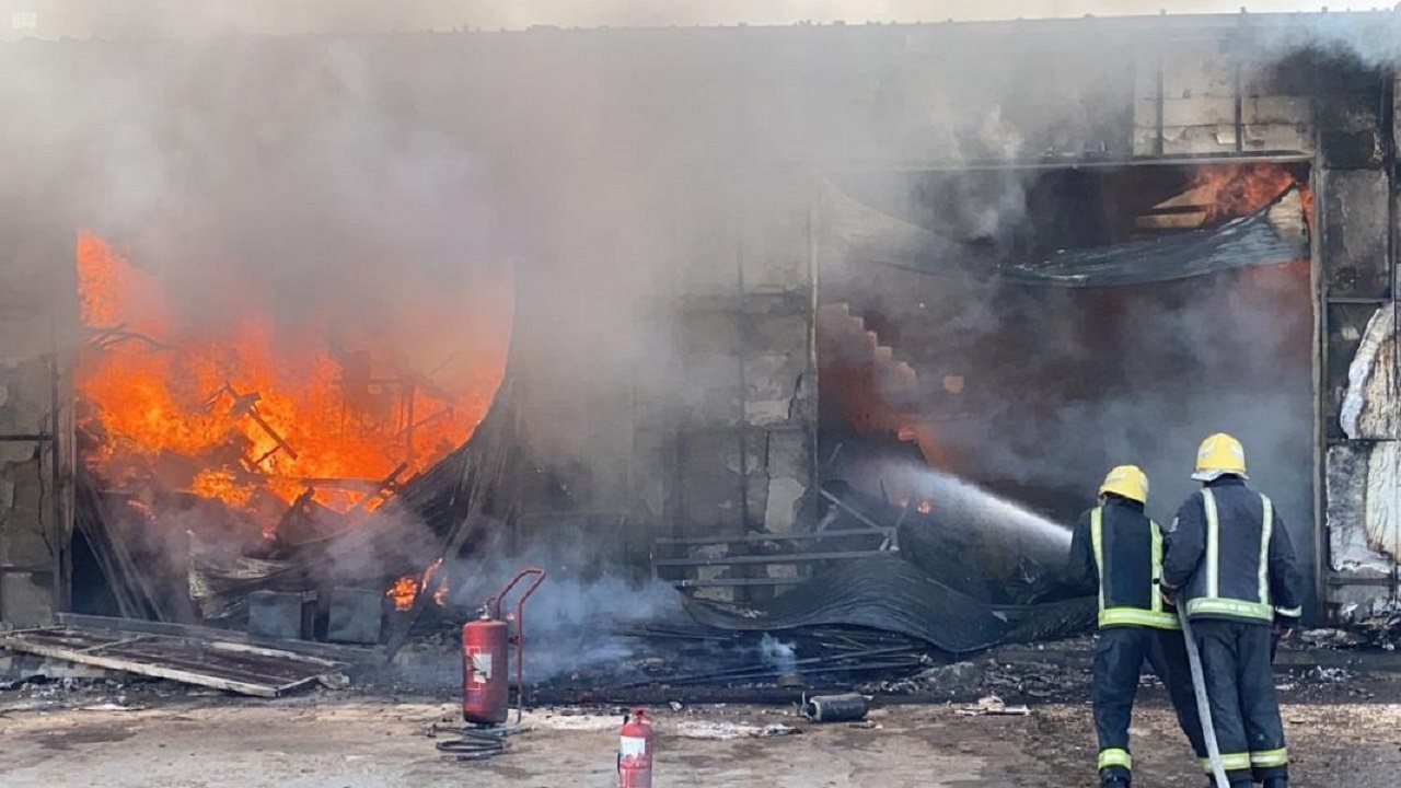 الدفاع المدني يفتح تحقيقاً لكشف أسباب حريق الجنادرية (فيديو)
