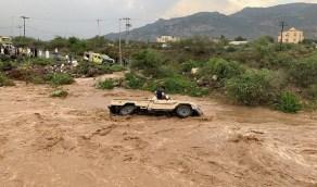 قانوني يطالب بمعاقبة المجازفين بقطع السيول رغم التحذيرات