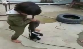 بالفيديو.. طفل يعبث بسلاح ناري وسط مطالبات بمحاسبة ذويه