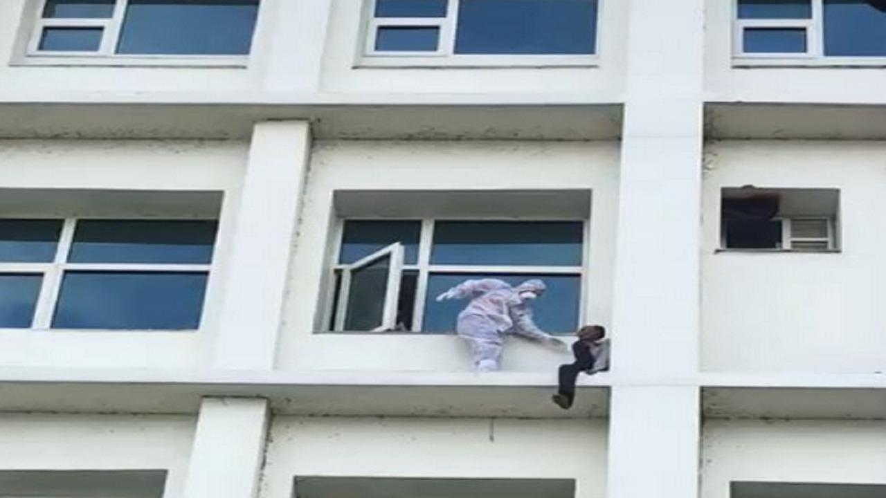 بالفيديو.. مصاب بكورونا يحاول إلقاء نفسه من طابق عالي بإحدى المستشفيات