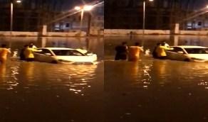 بالفيديو..مواطنون يتطوعون لانتشال سيارة من الغرق في مياه الأمطار