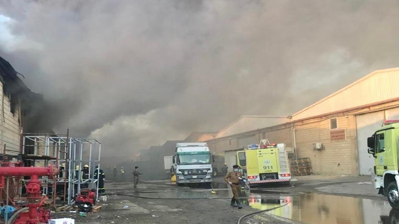 بالفيديو والصور.. اندلاع حريق في عدة مستودعات بجدة