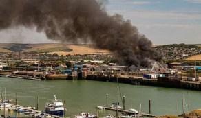 شاهد.. انفجار ضخم في ميناء بريطاني