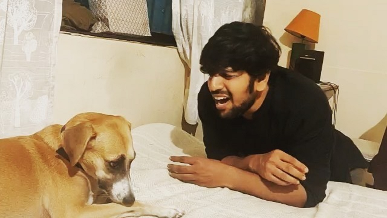 بالفيديو.. ممثل كوميدي يشارك كلبته الغناء .. والمعلقون: صوتها جميل