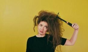 أسباب تشابك الشعر المجعّد ونصائح لتجنبه