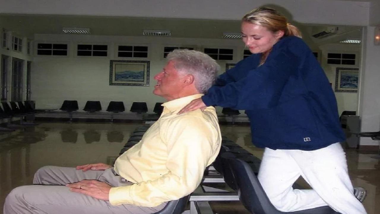 """صورة لبيل كلينتون تثير الشكوك حول علاقته بمهووس القاصرات """" إبستين """""""