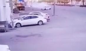 بالفيديو.. بسبب التفحيط اصطدم سائق بعمود إنارة