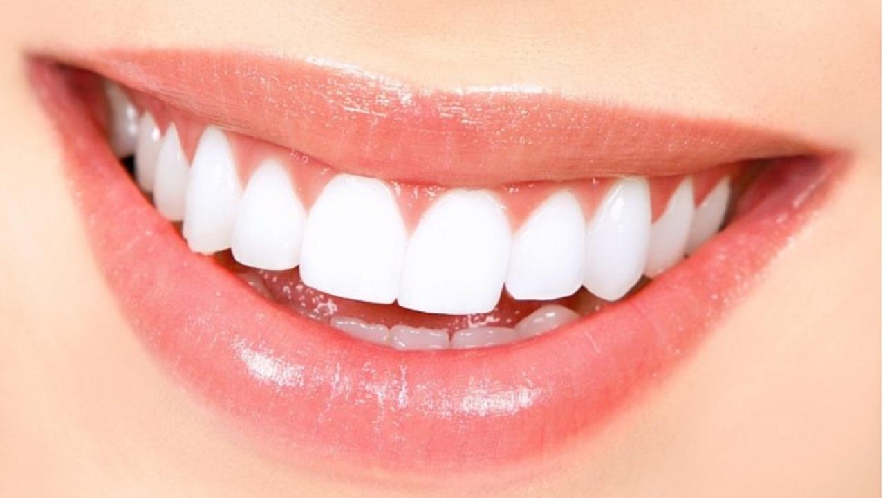 تعرفي على طريقة عمل معجون منزلي يجعل أسنانك بيضاء كاللؤلؤ