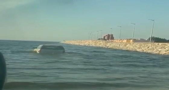 بالفيديو.. سيارة تخترق بشكل غريب مياه البحر في الدمام