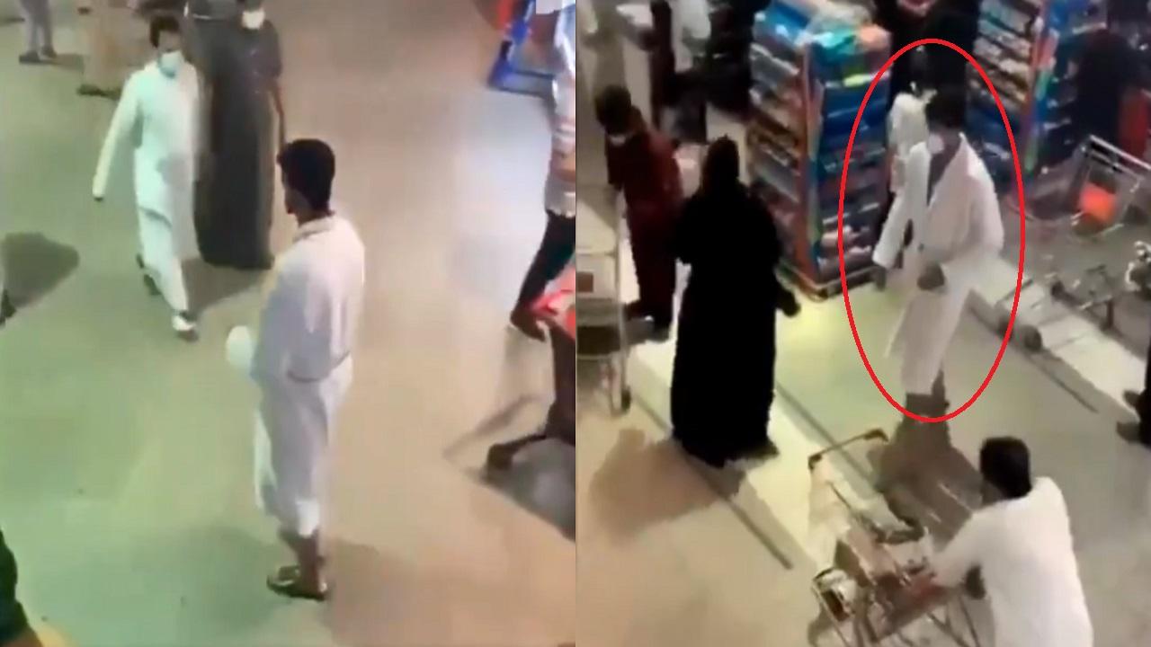 """بالفيديو.. شاب يتسوق داخل جمعية تعاونية بـ """"روب الاستحمام"""""""